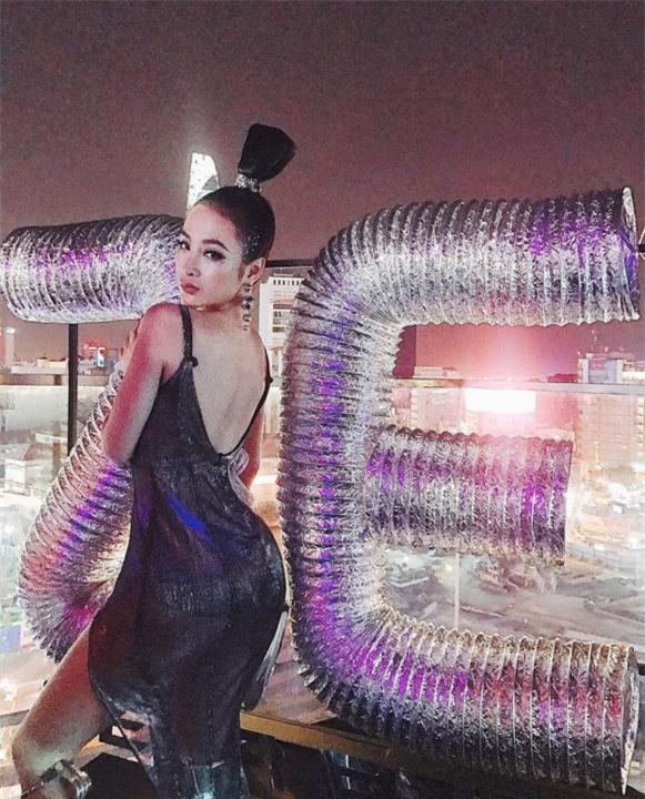 Ngọc Trinh khoe street style kín đáo đánh bại Angela Phương Trinh diện váy mỏng tang-2