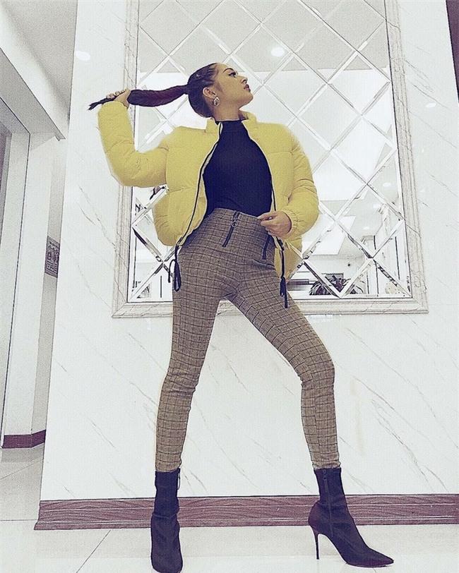 Ngọc Trinh khoe street style kín đáo đánh bại Angela Phương Trinh diện váy mỏng tang-5