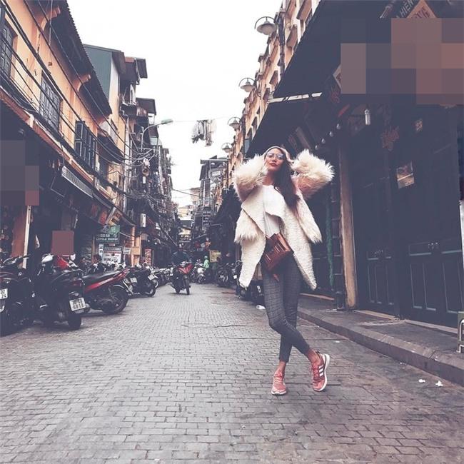 Ngọc Trinh khoe street style kín đáo đánh bại Angela Phương Trinh diện váy mỏng tang-9