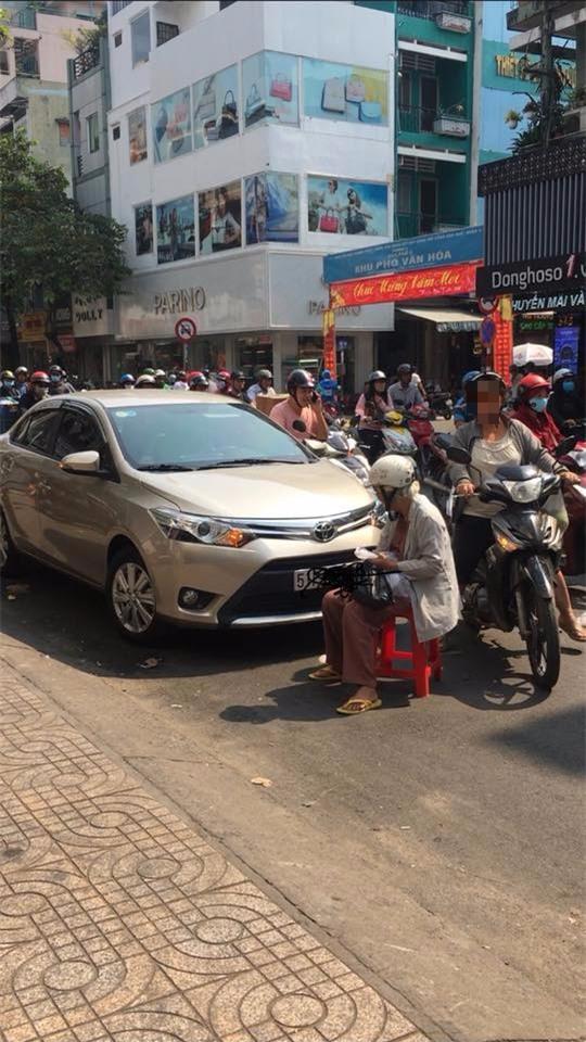Dàn cảnh va quệt hai mẹ con bà lão chặn xe ô tô bắt vạ tài xế - Ảnh 2.