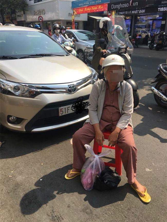 Dàn cảnh va quệt hai mẹ con bà lão chặn xe ô tô bắt vạ tài xế - Ảnh 3.