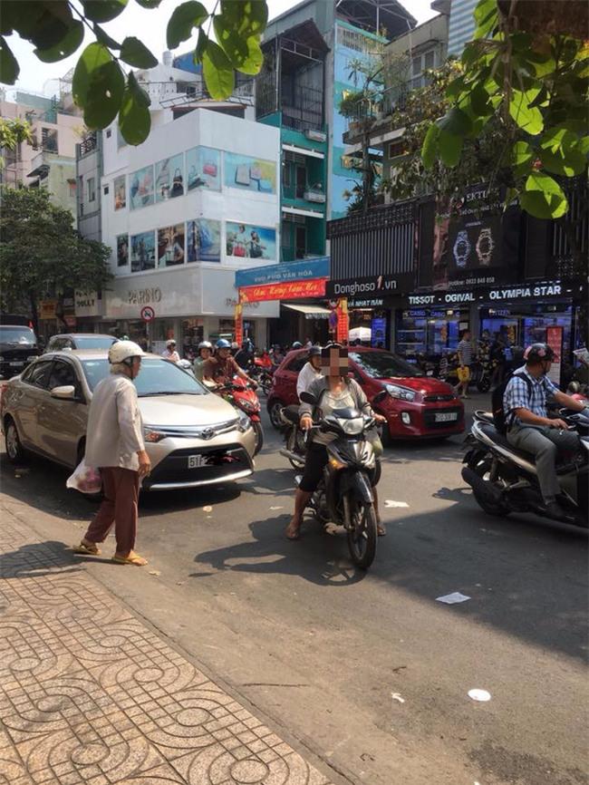 Dàn cảnh va quệt hai mẹ con bà lão chặn xe ô tô bắt vạ tài xế - Ảnh 5.