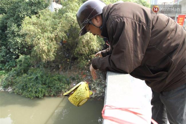 Clip: Cá chép tiễn Táo quân vừa bơi tới cầu Diễn đã bị chích điện lôi lên bờ - Ảnh 14.