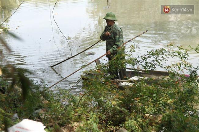 Clip: Cá chép tiễn Táo quân vừa bơi tới cầu Diễn đã bị chích điện lôi lên bờ - Ảnh 5.