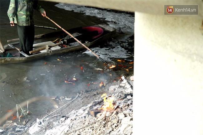Clip: Cá chép tiễn Táo quân vừa bơi tới cầu Diễn đã bị chích điện lôi lên bờ - Ảnh 7.