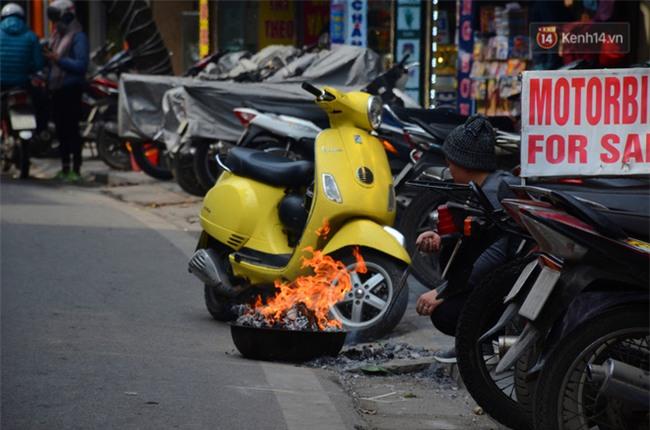Giật mình thon thót với những cảnh đốt vàng mã ngay xe máy, trụ điện của người dân Thủ đô - Ảnh 8.