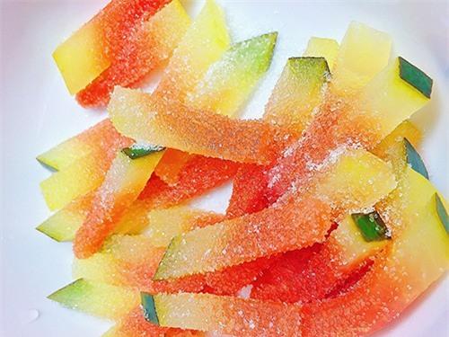 - Ướp 500 gram đường với 1 kg dưa hấu đến khi đường tan hết.