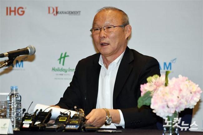 HLV Park Hang-seo thoải mái trả lời các câu hỏi của truyền thông Hàn Quốc tối 8/2.