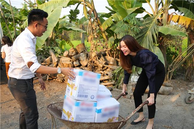 Hồ Ngọc Hà dành cả ngày làm từ thiện, đi xe máy trao quà Tết cho người vô gia cư lúc nửa đêm - Ảnh 1.