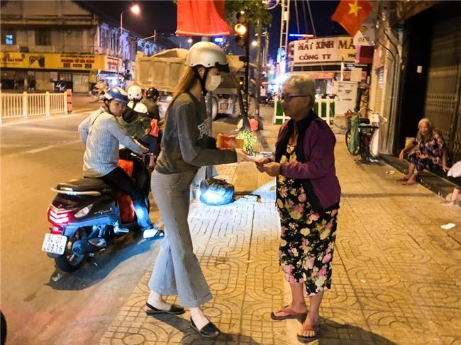 Hồ Ngọc Hà dành cả ngày làm từ thiện, đi xe máy trao quà Tết cho người vô gia cư lúc nửa đêm - Ảnh 10.