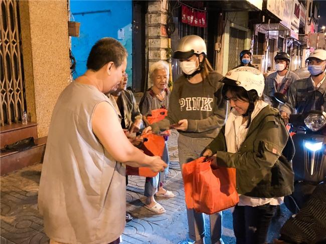 Hồ Ngọc Hà dành cả ngày làm từ thiện, đi xe máy trao quà Tết cho người vô gia cư lúc nửa đêm - Ảnh 11.
