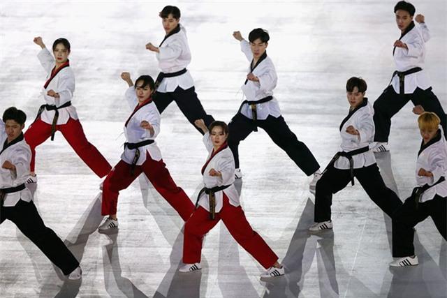 Màn đồng diễn Taekwondo (môn thể thao truyền thống của Hàn Quốc) trong lễ khai mạc