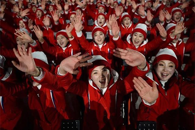 Đội cổ vũ của CHDCND Triều Tiên trên khán đài