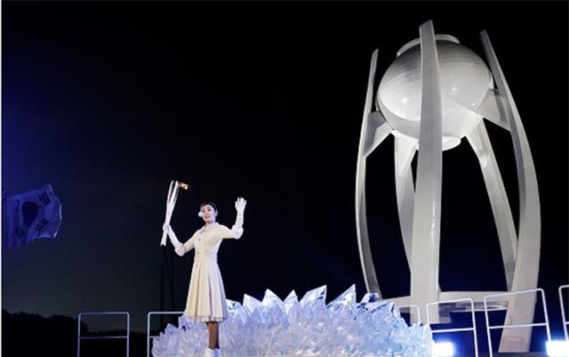 VĐV trượt băng Yuna Kim là người thắp lửa trên đài lửa của Olympic Mùa Đông 2018