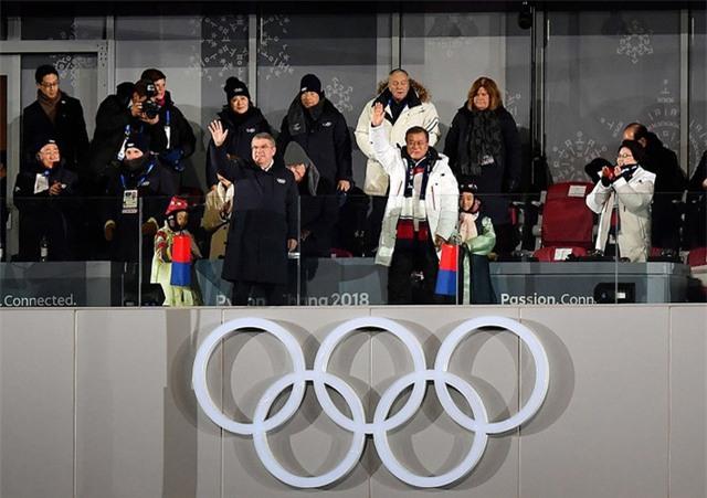 Tổng thống Hàn Quốc, Moon Jae-in và Chủ tịch Ủy ban Olympic quốc tế, Thomas Bach trong lễ khai mạc