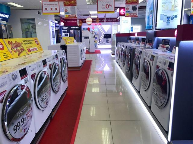 Cảnh tượng vắng khách hiếm thấy trong mỗi dịp giáp Tết đang diễn ra tại nhiều siêu thị điện máy.