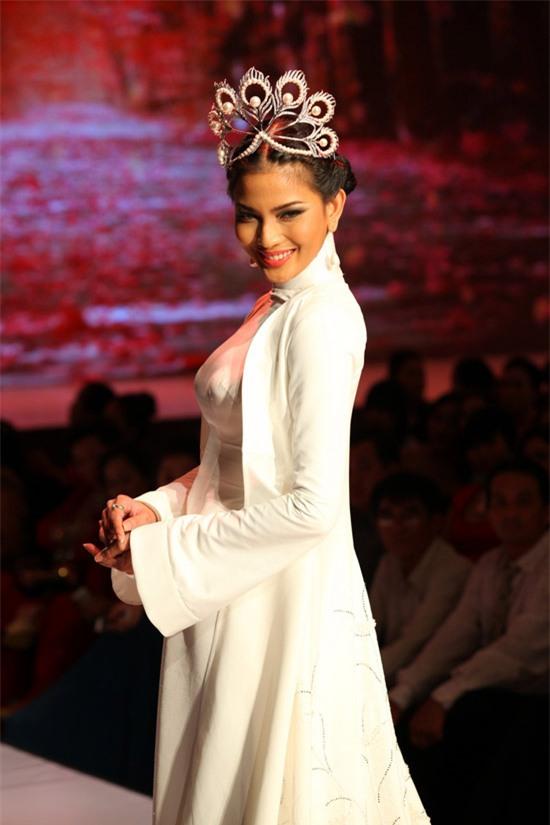 Vương miện Hoa hậu Hoàn vũ có gì tuyệt tác khiến mỹ nhân Việt thi nhau dùng hàng nhái?-7