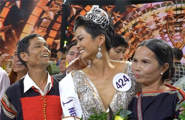 Hoa hậu HHen Niê khiến nhiều người rơi lệ khi nói về cha mẹ-2