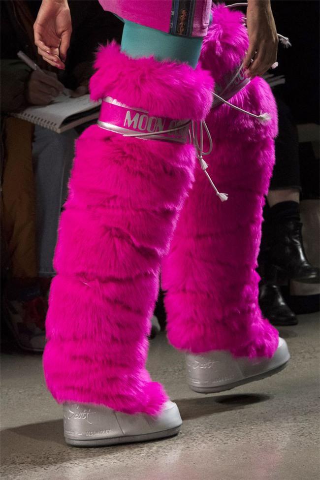 Đôi boots to khủng hoảng này sẽ giúp bạn cosplay thành cây giò ngày Tết ngay lập tức - Ảnh 3.