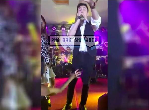 Muôn vàn tình huống ca sĩ bị fan cuồng quấy rối, sờ soạng khi đang diễn trên sân khấu-3