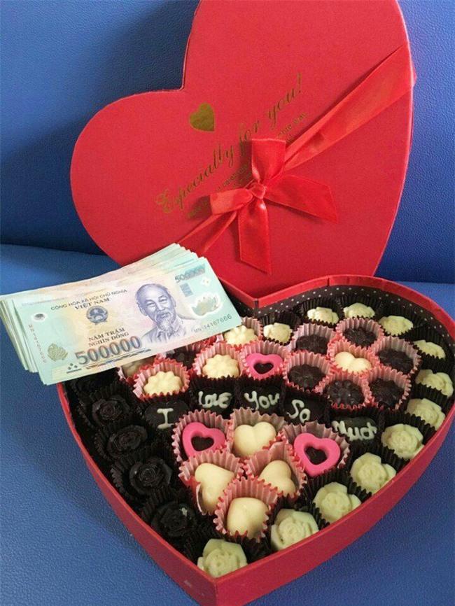 Chị em khoe quà Valentine sớm: người trang sức hàng hiệu sang chảnh, người được chồng tâm lý tặng cuộn chỉ vàng - Ảnh 1.