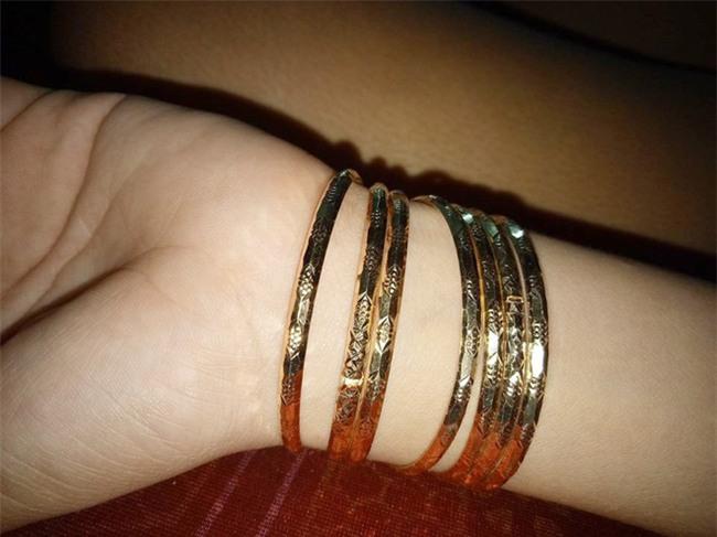 Chị em khoe quà Valentine sớm: người trang sức hàng hiệu sang chảnh, người được chồng tâm lý tặng cuộn chỉ vàng - Ảnh 4.