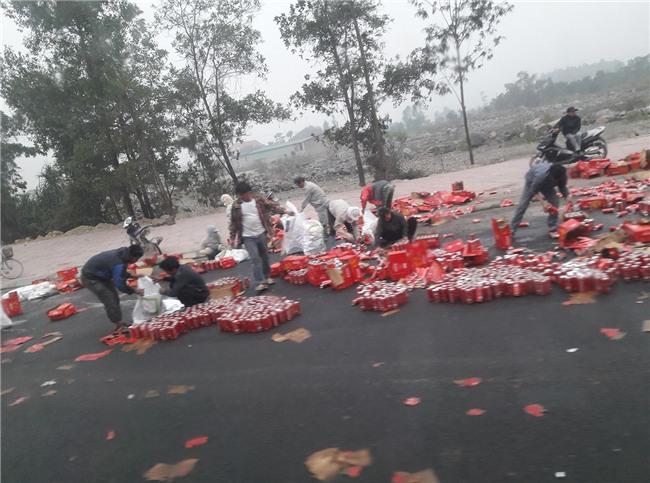 Ấm lòng: xe chở nước ngọt gặp nạn ở Ninh Bình, người dân không những không hôi của mà còn giúp đỡ. - Ảnh 3.