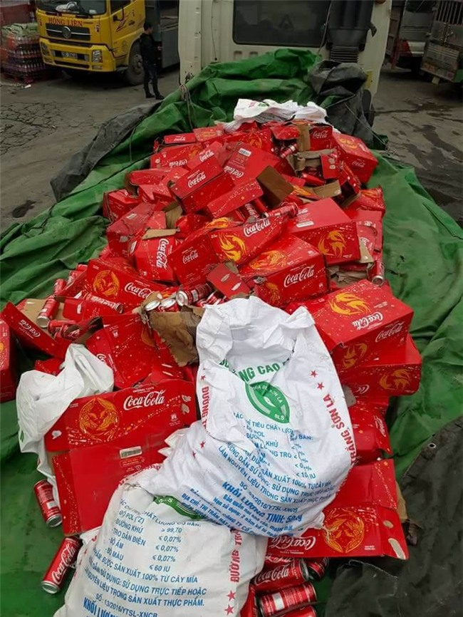 Ấm lòng: xe chở nước ngọt gặp nạn ở Ninh Bình, người dân không những không hôi của mà còn giúp đỡ. - Ảnh 5.