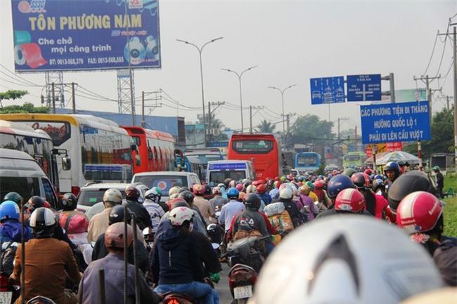 Ngày chủ nhật cuối cùng trong năm, người miền Tây ùn ùn về quê ăn Tết khiến Quốc lộ 1A kẹt cứng - Ảnh 16.