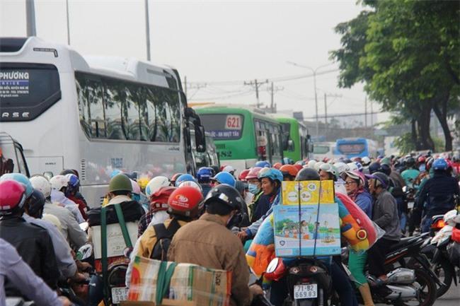 Ngày chủ nhật cuối cùng trong năm, người miền Tây ùn ùn về quê ăn Tết khiến Quốc lộ 1A kẹt cứng - Ảnh 2.