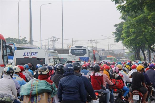 Ngày chủ nhật cuối cùng trong năm, người miền Tây ùn ùn về quê ăn Tết khiến Quốc lộ 1A kẹt cứng - Ảnh 8.