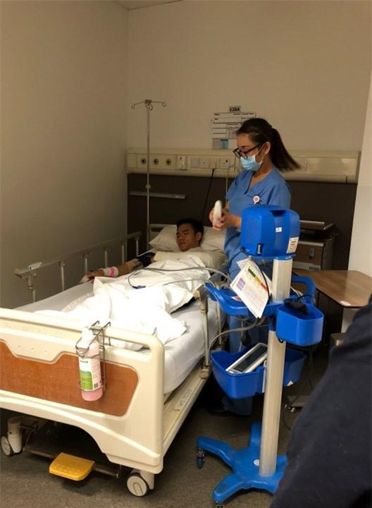 Thủ môn đội tuyển Việt Nam gãy tay được phẫu thuật tại Singapore - Ảnh 1.