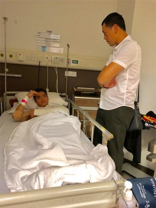 Thủ môn đội tuyển Việt Nam gãy tay được phẫu thuật tại Singapore - Ảnh 2.