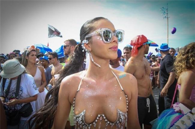 Bạn gái Neymar hở bạo, nhảy bốc lửa ở lễ hội Carnival - Ảnh 4.