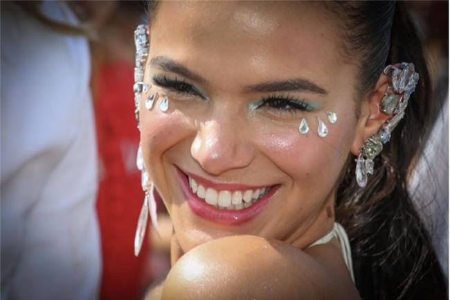 Bạn gái Neymar hở bạo, nhảy bốc lửa ở lễ hội Carnival - Ảnh 6.