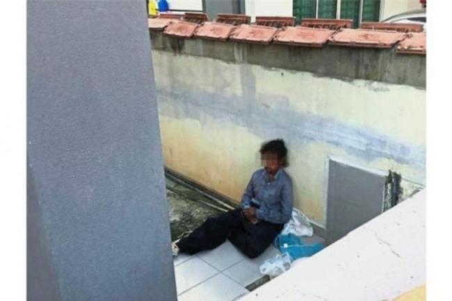Đội cứu hộ phát hiện người giúp việc ngồi trên hiên nhà cùng chó dữ, một ngày sau người chủ bị bắt - Ảnh 1.