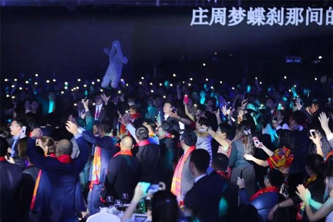 Mở đại nhạc hội hoành tráng chưa đủ, sếp nhà người ta còn khiến ối người ghen tị khi tặng cả kim cương trong tiệc cuối năm - Ảnh 8.