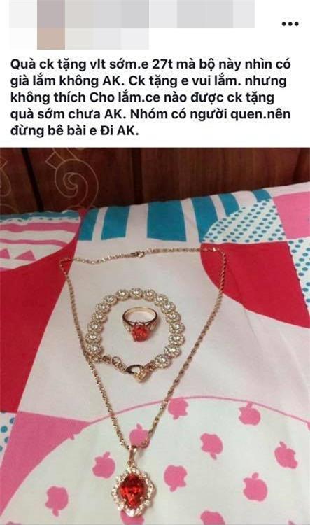 Cô vợ trẻ khoe được chồng tặng bộ trang sức bằng vàng dịp Valentine, nhiều chị em nghi ngờ chỉ là đồ mỹ ký - Ảnh 1.