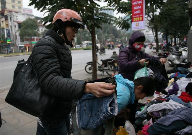Nhiều người nghèo vui mừng khi kiếm được bộ quần áo miễn phí để diện Tết trên phố Hà Nội - Ảnh 1.