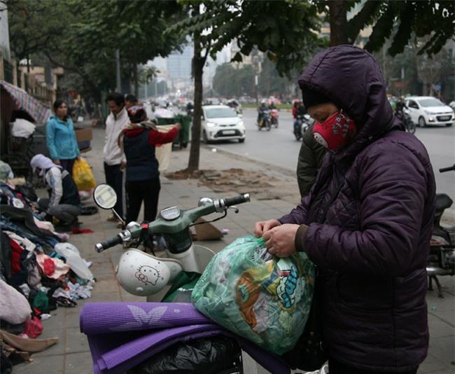 Nhiều người nghèo vui mừng khi kiếm được bộ quần áo miễn phí để diện Tết trên phố Hà Nội - Ảnh 10.