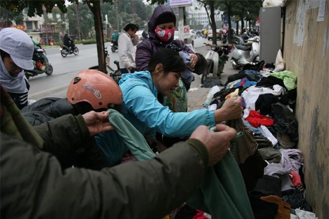 Nhiều người nghèo vui mừng khi kiếm được bộ quần áo miễn phí để diện Tết trên phố Hà Nội - Ảnh 2.