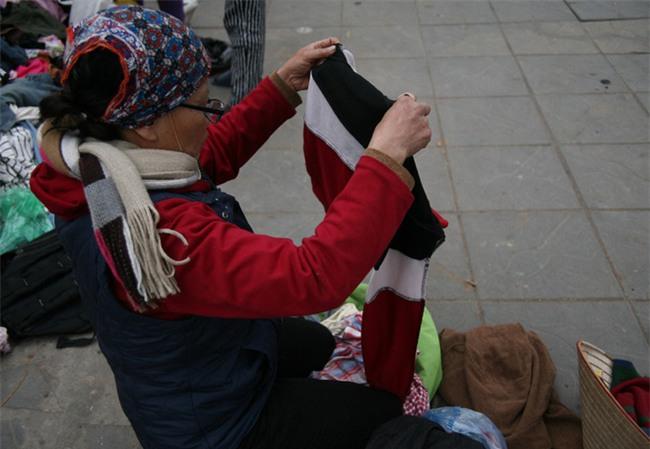 Nhiều người nghèo vui mừng khi kiếm được bộ quần áo miễn phí để diện Tết trên phố Hà Nội - Ảnh 3.