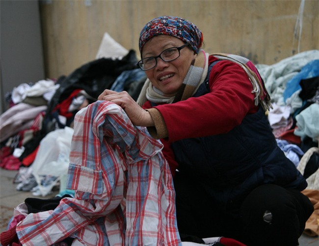 Nhiều người nghèo vui mừng khi kiếm được bộ quần áo miễn phí để diện Tết trên phố Hà Nội - Ảnh 6.
