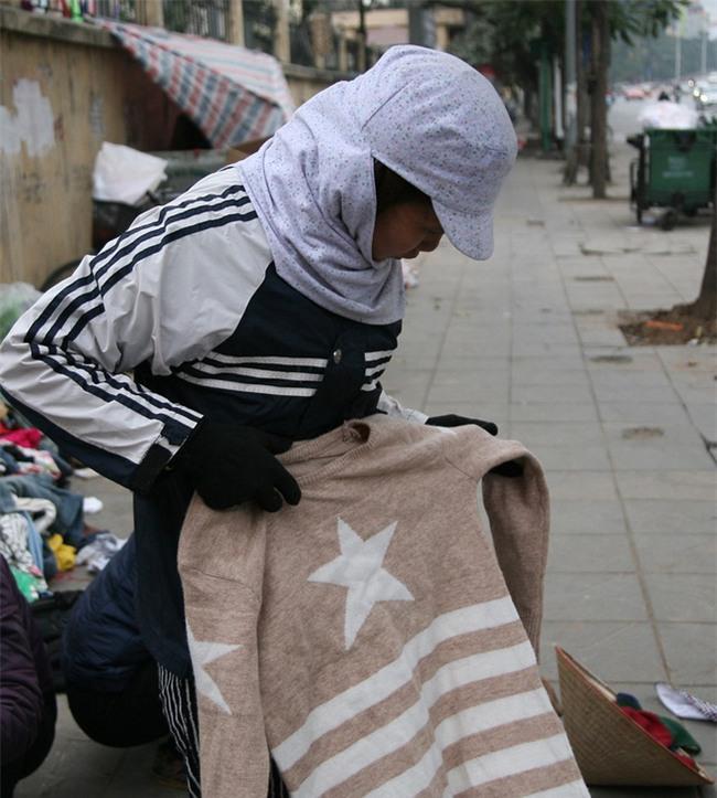 Nhiều người nghèo vui mừng khi kiếm được bộ quần áo miễn phí để diện Tết trên phố Hà Nội - Ảnh 7.