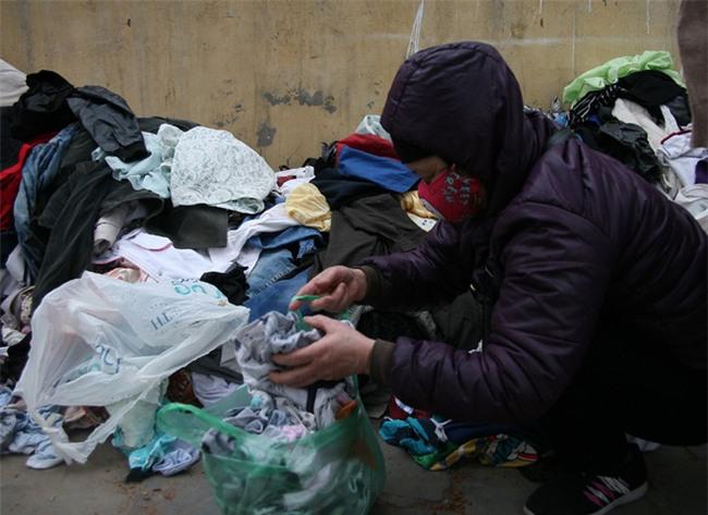 Nhiều người nghèo vui mừng khi kiếm được bộ quần áo miễn phí để diện Tết trên phố Hà Nội - Ảnh 8.