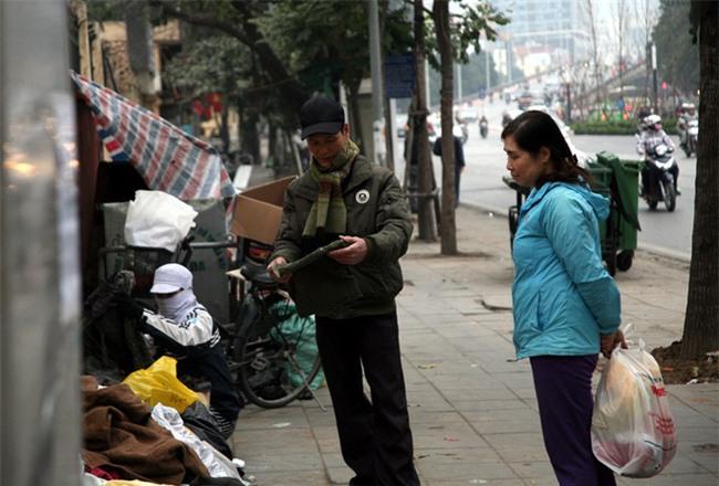 Nhiều người nghèo vui mừng khi kiếm được bộ quần áo miễn phí để diện Tết trên phố Hà Nội - Ảnh 9.