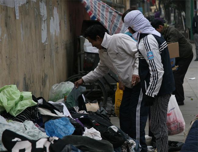 Nhiều người nghèo vui mừng khi kiếm được bộ quần áo miễn phí để diện Tết trên phố Hà Nội - Ảnh 11.