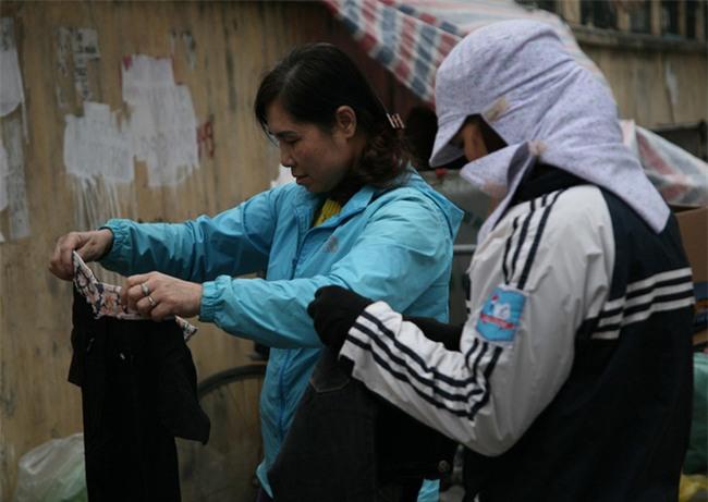 Nhiều người nghèo vui mừng khi kiếm được bộ quần áo miễn phí để diện Tết trên phố Hà Nội - Ảnh 12.
