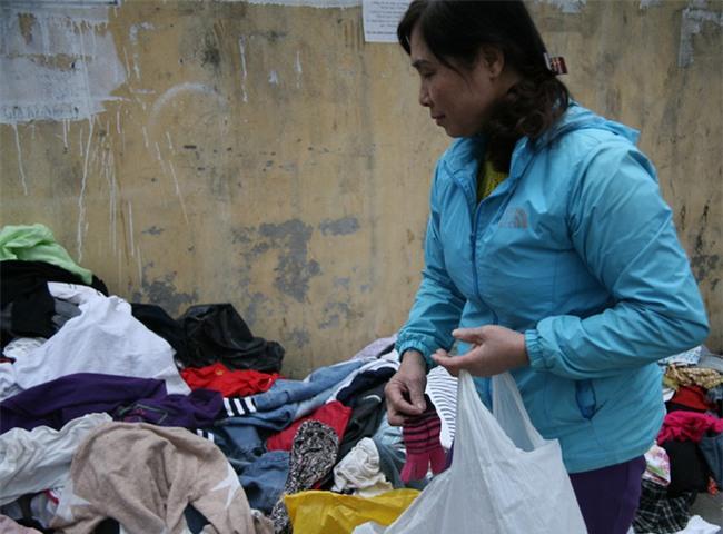 Nhiều người nghèo vui mừng khi kiếm được bộ quần áo miễn phí để diện Tết trên phố Hà Nội - Ảnh 13.