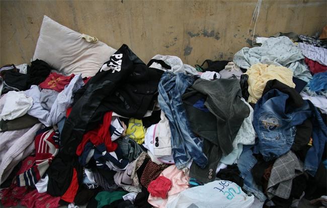 Nhiều người nghèo vui mừng khi kiếm được bộ quần áo miễn phí để diện Tết trên phố Hà Nội - Ảnh 14.